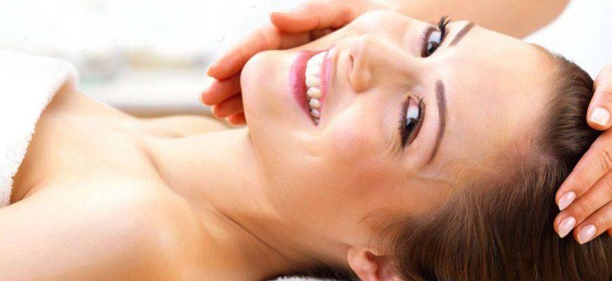 Молодая девушка улыбается после процедуры пилинга