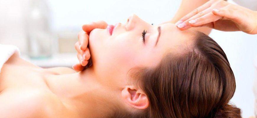 Женщина лежит на процедуре в салоне красоты