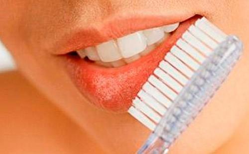 Массаж губ зубной щеткой